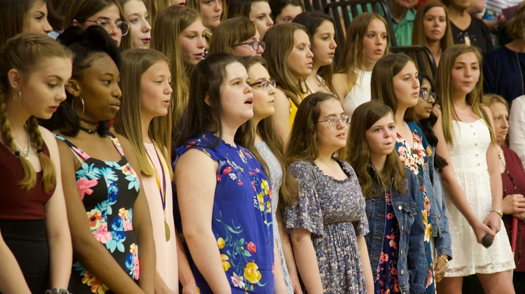 8th grade choir at promotion ceremony